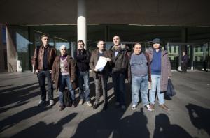 Membres de les entitats denunciants a la sortida de la Ciutat de la Justícia